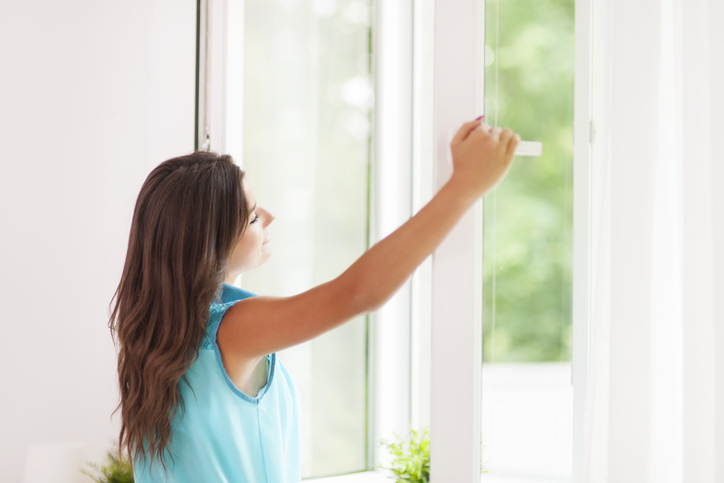 Richtig Lüften Frau am Fenster